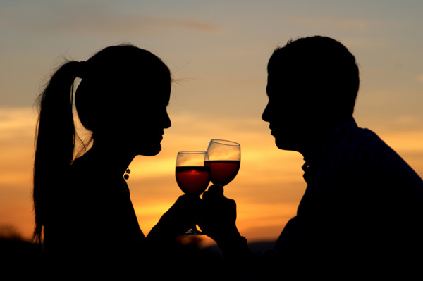 sunset wine couple A bebida e a libido sexual