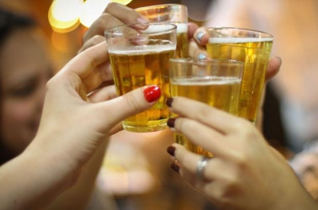 Sintomas externos de alcoolismo em mulheres de uma foto