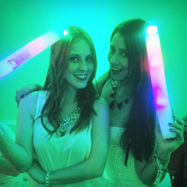Andressa Roeder e Lívia Alves no camarote privativo da Devassa