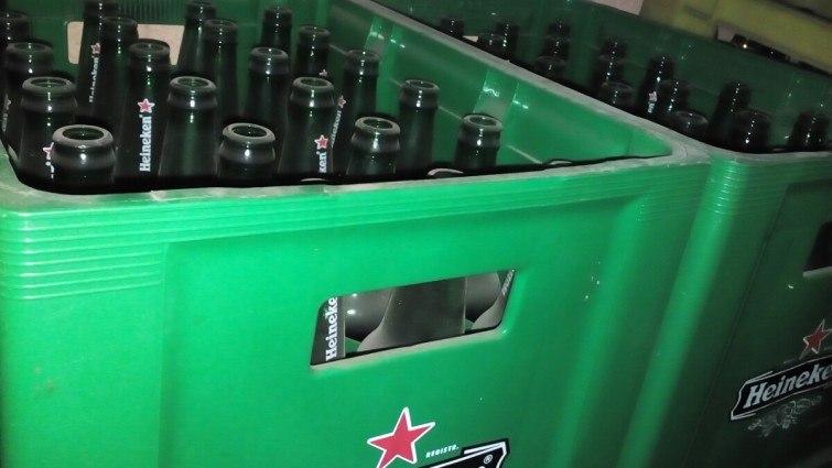 engradados de cervejas vazias