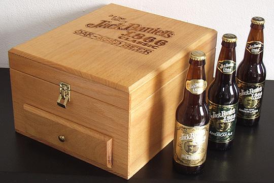 Caixa promocional com 3 cervejas e ingredientes