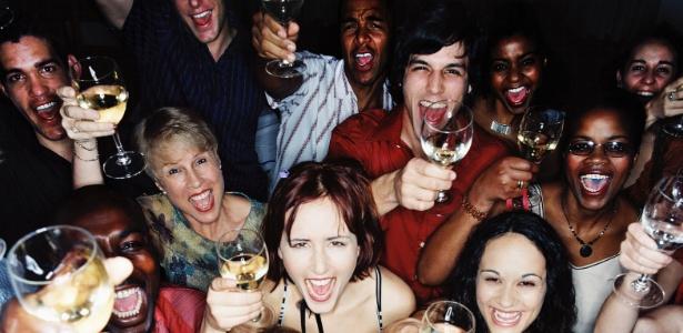 pessoas-bebendo-comemorrando-alcool-bebida-homens-mulheres-festa-brinde-1359400680788_615x300